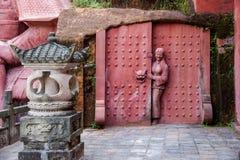 La ciudad imperial nueve de la tostada de la tostada de Enshi en Pasillo talló en las estatuas de la gente de Tujia de la roca Imagen de archivo
