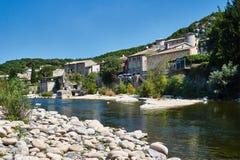 La ciudad medieval de Vogue sobre el río Ardeche fotos de archivo