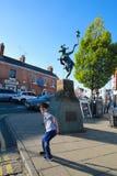 La ciudad natal de Shakespeare, muchacho de A se disfrazó como payaso ante un payaso fotos de archivo