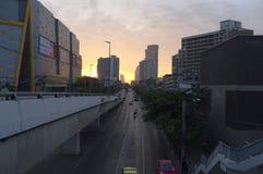 La ciudad perseguía por el sol fotos de archivo