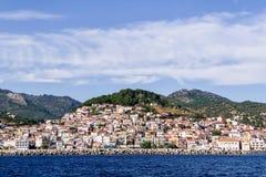 La ciudad pintoresca de Plomari, en la isla de Lesvos, Grecia Foto de archivo libre de regalías