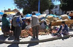 La ciudad Potosi Habitantes locales en las calles de la ciudad fotos de archivo libres de regalías