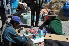 La ciudad Potosi Habitantes locales en las calles de la ciudad Imágenes de archivo libres de regalías