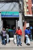 La ciudad Potosi Habitantes locales en las calles de la ciudad Imagenes de archivo