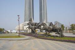 La ciudad se divierte el tipo escultura foto de archivo