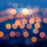 La ciudad se enciende por la tarde crepuscular con el fondo que empaña, cl imagen de archivo libre de regalías