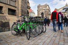La ciudad verde bikes para el alquiler que se coloca en la calle en Dresden, Alemania Fotografía de archivo libre de regalías