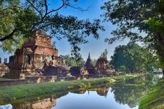 La ciudad vieja combinó con el canal viejo en Sukhothai foto de archivo