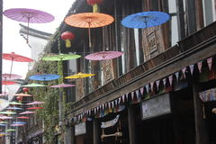 La ciudad vieja con el paraguas colorido Imagenes de archivo
