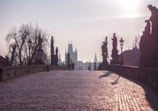 La ciudad vieja con el puente de Charles en Praga temprano por la mañana Praga foto de archivo libre de regalías