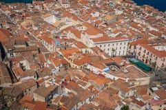 La ciudad vieja de Cefalu cubre la visión y el mar Imagen de archivo