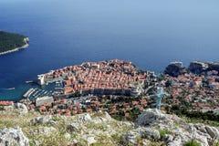 La ciudad vieja de Dubrovnik, Croacia, visto desde arriba con el Adriático ve en el fondo Fotos de archivo libres de regalías