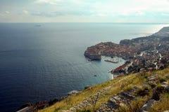 La ciudad vieja de Dubrovnik, Croacia, visto desde arriba con el Adriático ve en el fondo Foto de archivo