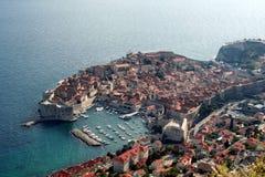 La ciudad vieja de Dubrovnik, Croacia, visto desde arriba con el Adriático ve en el fondo El lugar es uno de los apuroses princip Fotos de archivo