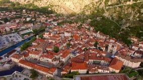 La ciudad vieja de Kotor El volar sobre la ciudad Encuesta aérea por a almacen de metraje de vídeo