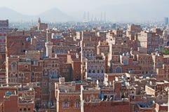 La ciudad vieja de Sana'a, de casas adornadas, del palacio, de alminares y de Saleh Mosque en la niebla, Yemen Fotografía de archivo libre de regalías