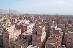La ciudad vieja de Sana'a, de las casas adornadas, del palacio, de los alminares y de la mezquita en la niebla, Yemen Fotos de archivo libres de regalías