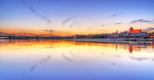 La ciudad vieja de Torun reflejó en el río Vistula en la puesta del sol Fotografía de archivo libre de regalías