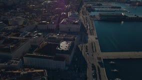 La ciudad vieja de Trieste en Italia Visión desde el abejón en el centro de la ciudad vieja y del puerto deportivo almacen de metraje de vídeo