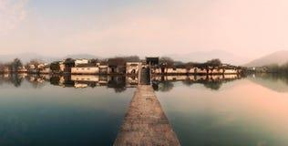 La ciudad vieja despierta Foto de archivo libre de regalías