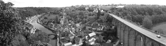 La ciudad vieja Dinan (Bretaña, Francia) Foto de archivo libre de regalías