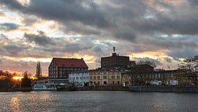 La ciudad vieja en el río en la puesta del sol Foto de archivo libre de regalías