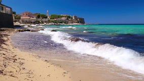 La ciudad vieja hermosa de Algaloja y la playa arenosa con turquesa despejan el agua en Córcega, Francia metrajes