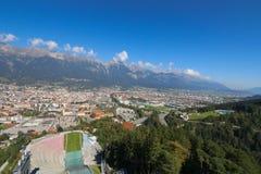La ciudad y el Bergisel Ski Jump de Innsbruck se elevan, Austria Fotos de archivo