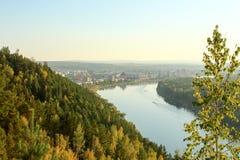 La ciudad Zelenogorsk y taiga en los rayos del sol poniente Foto de archivo libre de regalías