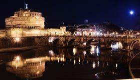 La ciudadela se elevó sobre el río Tiber por noche Fotografía de archivo libre de regalías