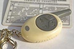 La clé à la voiture et les documents pour l'entraînement Images stock