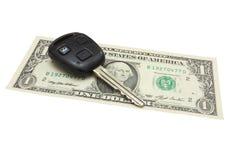 La clé de véhicule se trouve sur une dénomination du dollar Image libre de droits