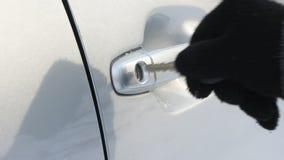 La clé enfilée de gants de voiture de main d'hiver ouvre la serrure clips vidéos