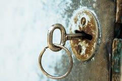 La clé est dans le vieux trou de la serrure Image libre de droits