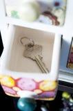 La clé a mis dans le tiroir Photos libres de droits
