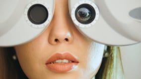 La clínica de la oftalmología - mujer comprueba la visión por el equipo moderno - salió del ojo fotografía de archivo libre de regalías