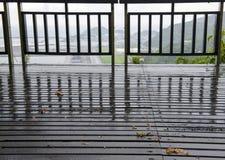La clôture et le plancher en bois sur le pays dégrossissent Photo libre de droits