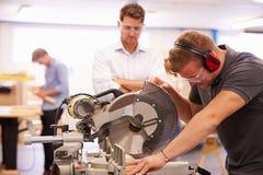 La clase de la carpintería de And Teacher In del estudiante usando circular consideró Fotografía de archivo