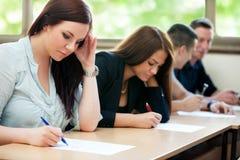 La clase de los estudiantes tiene prueba Foto de archivo