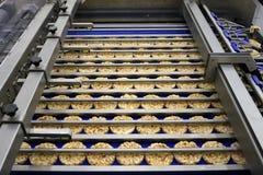 La clasificación de panes dietéticos redondos en transportador automatizó la máquina imagenes de archivo