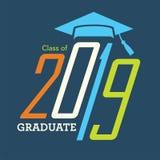 La classe de 2019 félicitations reçoivent un diplôme la typographie Photos libres de droits