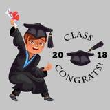 La classe de l'affiche 2018 plate colorée de congrats avec le diplômé gai heureux dans la robe et le chapeau dirigent l'illustrat illustration de vecteur