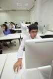 La classe A di studenti davanti ai loro schermi studia l'informatica Fotografia Stock