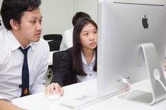 La classe A di studenti davanti ai loro schermi studia l'informatica Immagine Stock Libera da Diritti