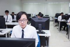 La classe A di studenti davanti ai loro schermi studia l'informatica Fotografie Stock Libere da Diritti