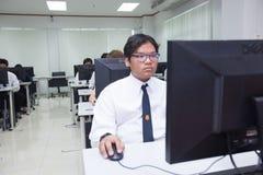 La classe A di studenti davanti ai loro schermi studia l'informatica Immagini Stock Libere da Diritti