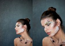 La clavicule des femmes Sur le corps des courses de peinture et des pétales des fleurs pourpres Belle minceur modèle photographie stock libre de droits