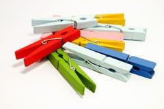 La clavija roja en clavijas de madera coloridas superiores foto de archivo