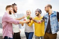 La célébration encourage le hippie buvant ensemble le concept d'amis Images stock