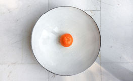 La clementina o el mandarín se centró en un cuenco de piedra Imágenes de archivo libres de regalías